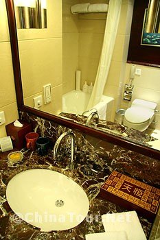 Executive Deluxe Twin Room/Bathroom