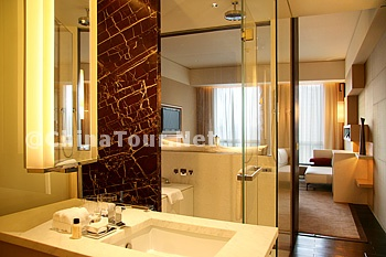 Grand King Room/Bathroom
