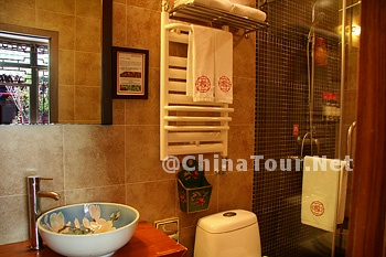 Chinese Classic King Room/Bathroom