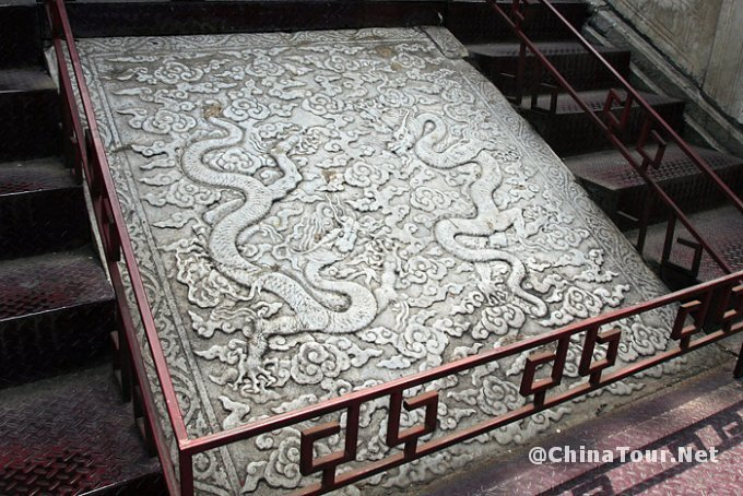 Dragon design on the stairs leading down from the Ling'en hall.