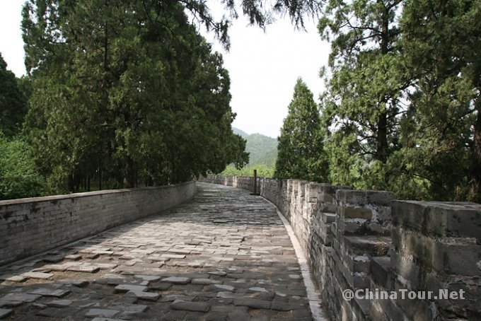 The baocheng (enclosing wall) of the funerary mound behind the Minglou tower. It is circular, with an inner diameter of 216 meters. The front portion is connected to the Minglou tower. The entire circumference of the wall is about 7.3 meters high and 6.6 meters thick at the bottom, with a paved walkway and parapets at the top.